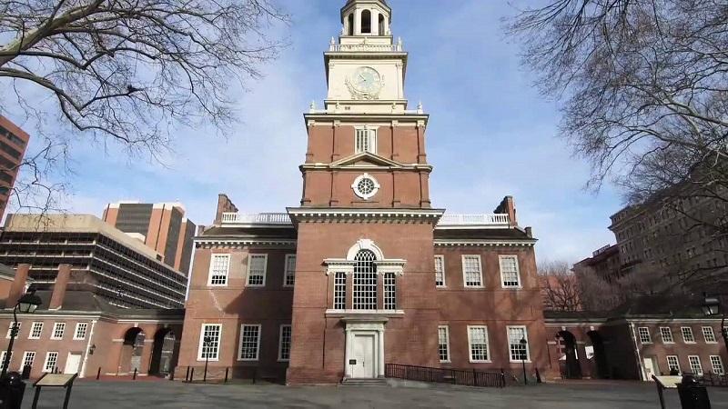 Dinh Độc Lập - Independence Hall: Hiện nay tòa nhà được bảo tồn nguyên vẹn, trước đây nơi này diễn ra cuộc họp thống nhất 13 bang của nước Mỹ