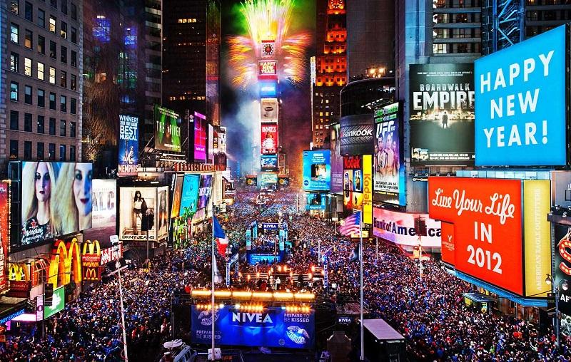Quảng trường thời đại (Times Square) – Quảng trường trung tâm thành phố New York rực rỡ với những ánh đèn màu và bảng quảng cáo.