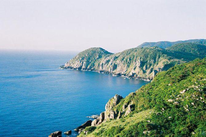 Vịnh Vũng Rô - 1 trong những vịnh đẹp nổi tiếng của khu vực ven biển Miền Trung, nằm tiếp giáp với Vịnh Vân Phong, nơi cập bến của những chuyến tàu không số với huyền thoại đường Hồ Chí Minh trên biển