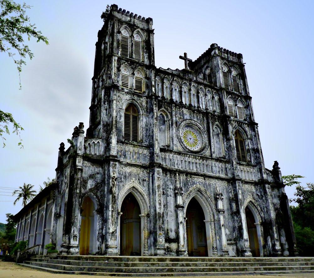 Nhà Thờ Mằng Lăng - một kiến trúc Pháp Cổ.