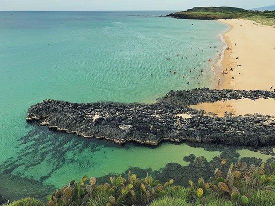 Bãi Xép - Một bãi biển tuyệt vời, duyên dáng và hung vĩ với những dãy núi đá dựng đứng vươn mình ra biển lớn, tạo nên hình hài đa sắc màu của thiên nhiên