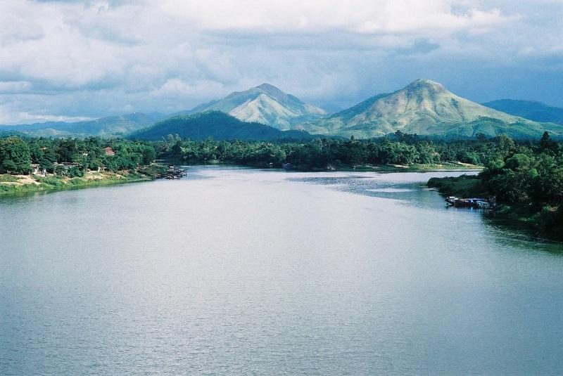 Sông Hương với dòng nước yên ả, lững lờ trôi trước dòng đời nhộn nhịp